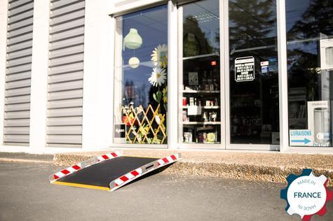 Rampe amovible aluminium devant magasin