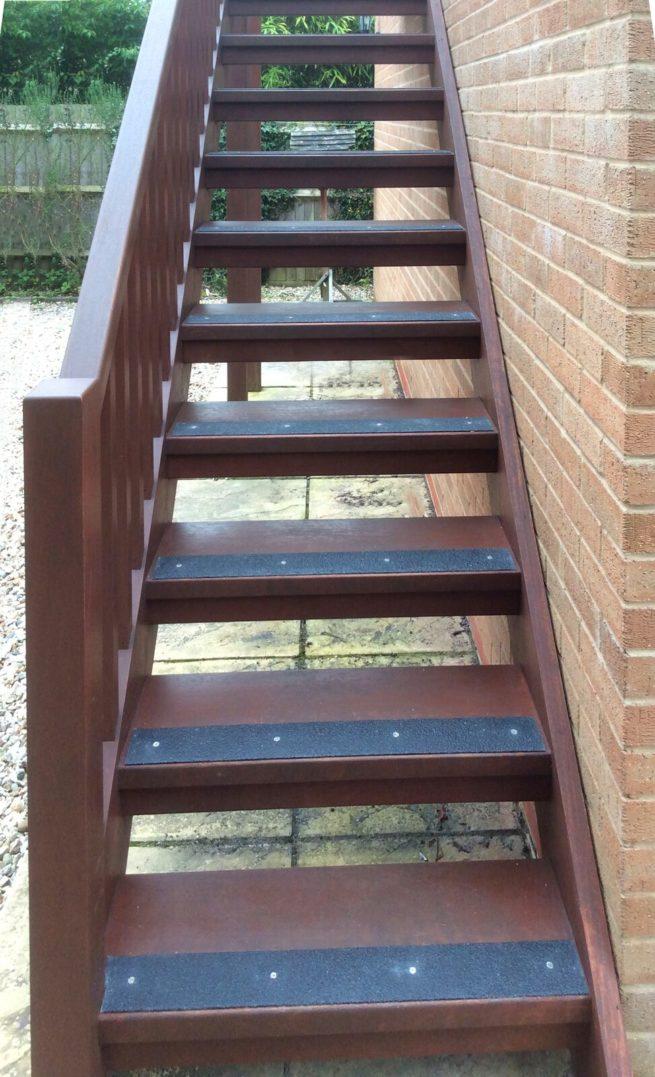 Les lames antidérapantes grp noir sont fixés sur un escalier en extérieur