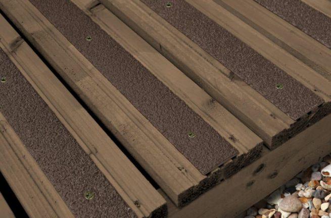 Les lames antidérapantes grp mouchetée marron sont fixés sur une terrasse en bois