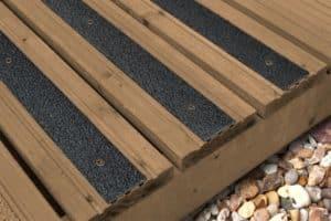 Les lames antidérapantes grp noir sont fixés sur une terrasse en bois