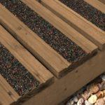 Les lames antidérapantes grp mouchetée noir rouge sont fixés sur une terrasse en bois