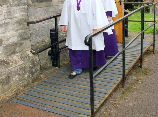Les lames antidérapantes grp noir ont été fixés sur une rampe d'accès pour personne à mobilité réduite près d'une église