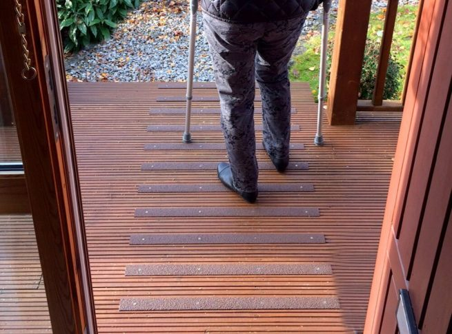 Les lames antidérapantes grp ont été fixés sur une terrasse en bois avec du passage