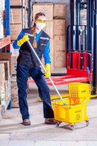 Femme en train de nettoyer un sol antidérapant