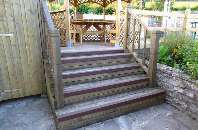 Nez de marche antidérapant marron sur les marches d'une terrasse en bois